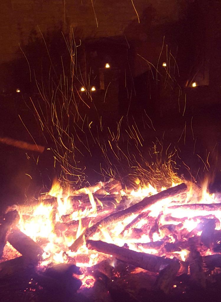24 déc. 23h, Le feu de bois crépite pendant que l'on boit le vin chaud