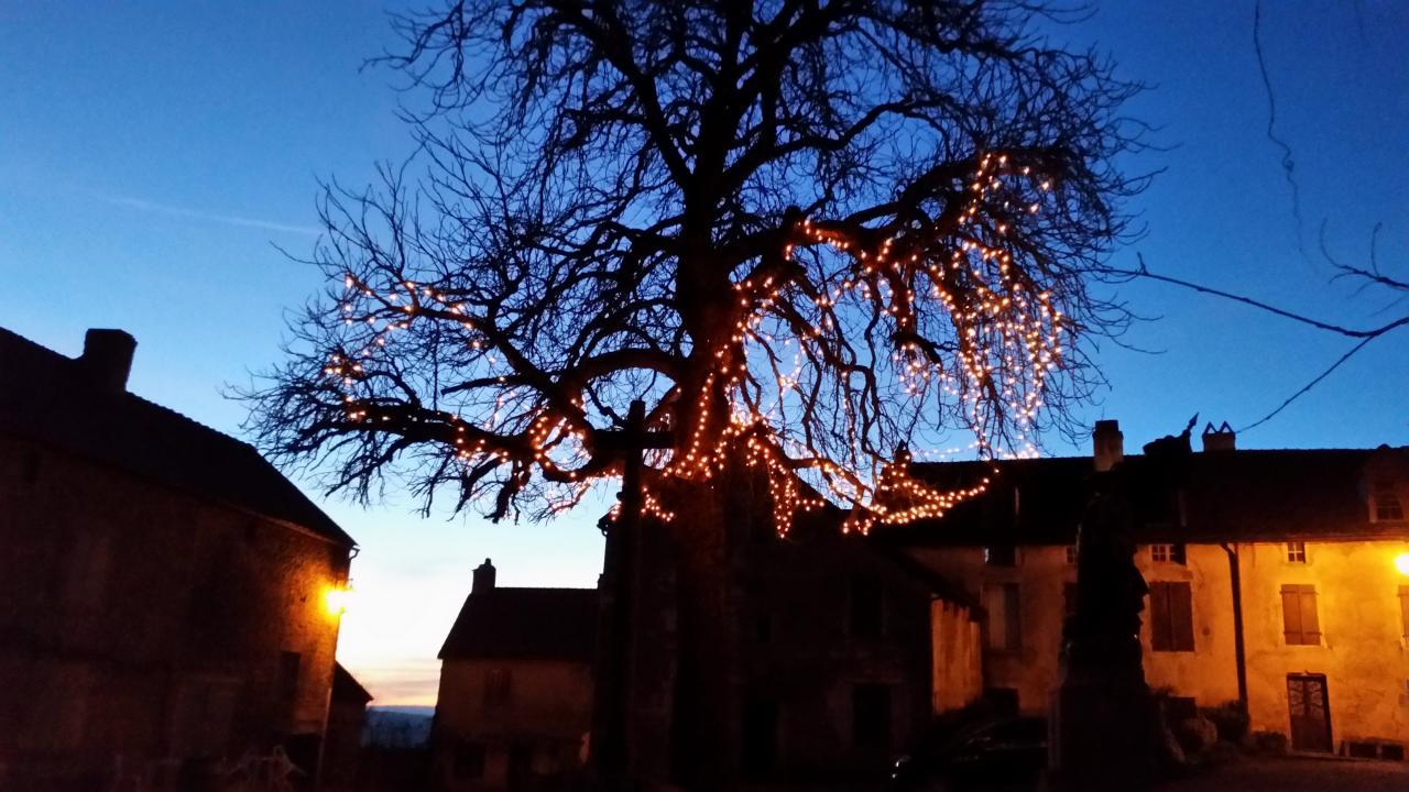 25 décembre au soir, La place du Marché illuminée à Châteauneuf