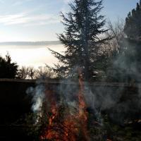 26 déc matin, On brûle la paille et les branches de sapin de la crèche