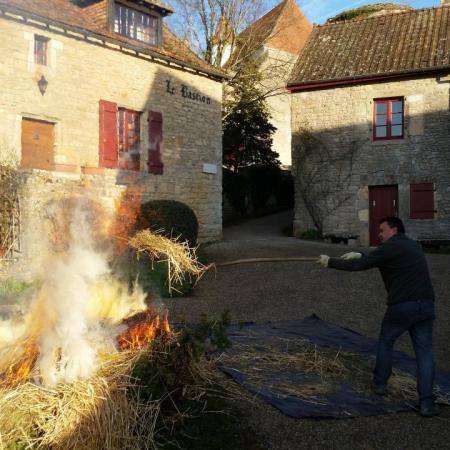 26 déc. matin, Paille et branches au feu, Jean-Michel à la fourche...