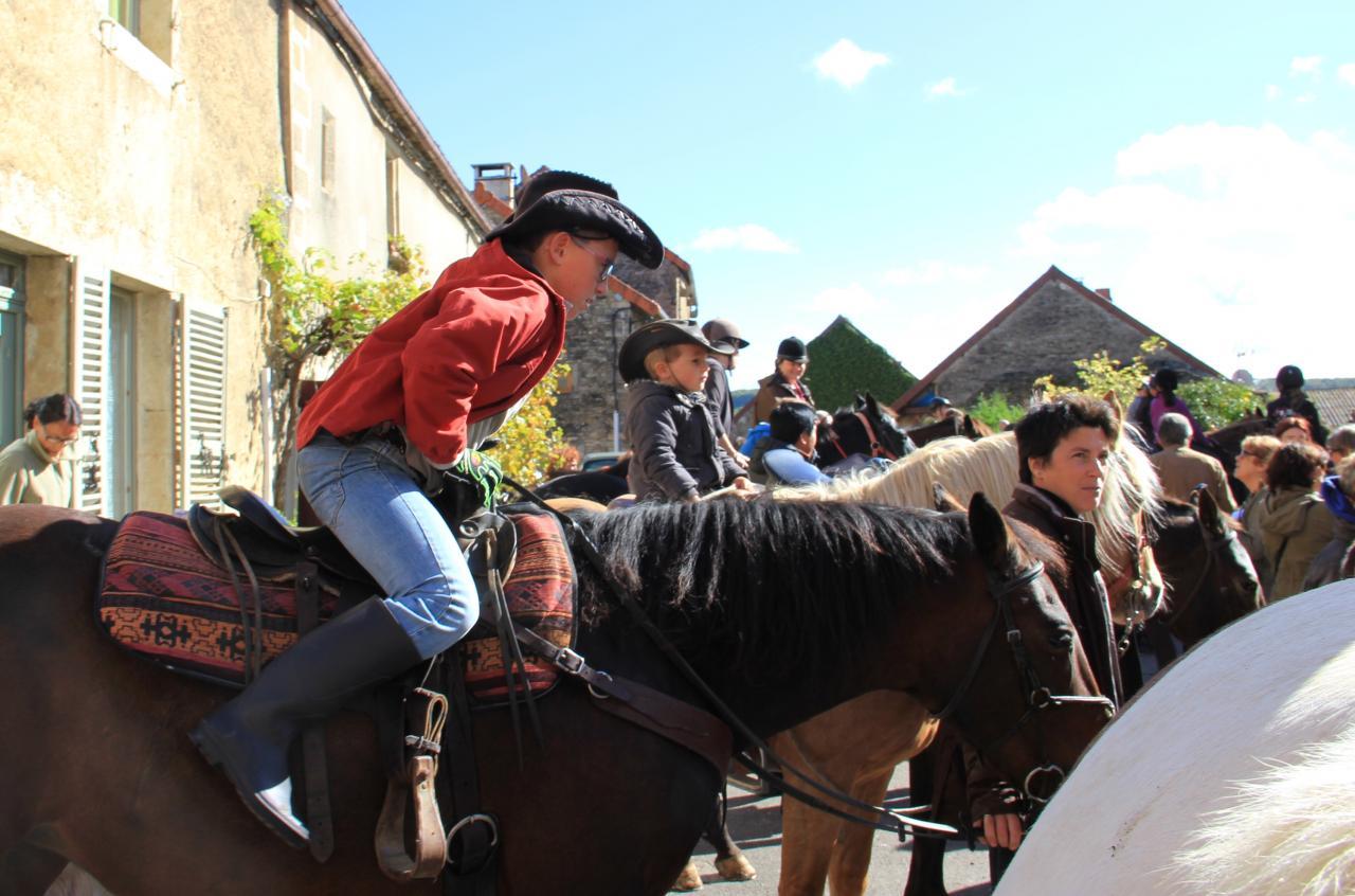 Sur la place aux Boeufs, les cavaliers attendant la bénédiction...