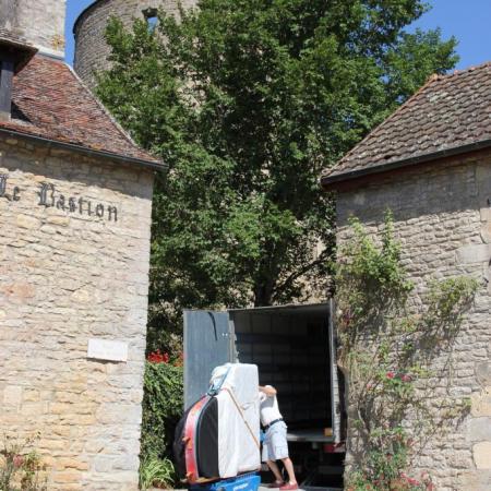 L'arrivée du piano sur la place du Général Blondeau, près de l'église