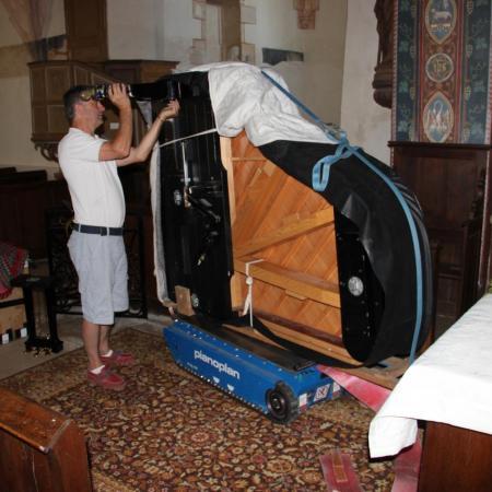 Arrivé dans le choeur de l'église, Bruno pose les pieds du piano