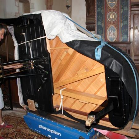 Puis, Bruno pose la Lyre (pédalier) du piano