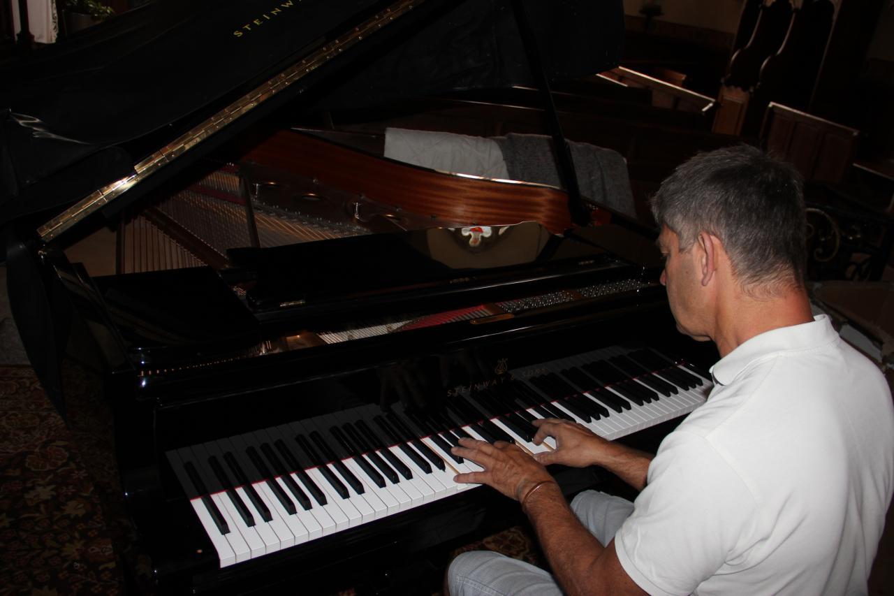 Piano installé. Premiers essais de Bruno, avant l'accordage