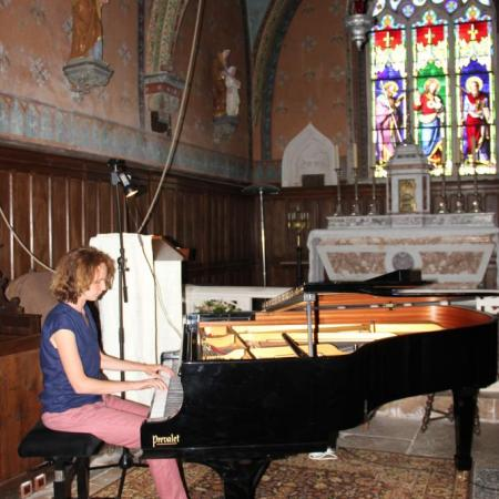 Julitte Mazerand prend connaissance de l'instrument