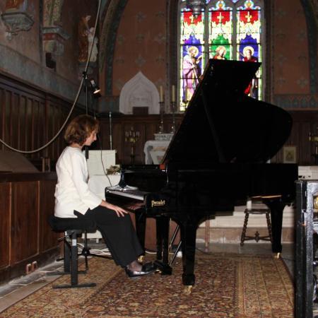 Juliette Mazerand vient de s'assoir à son instrument...