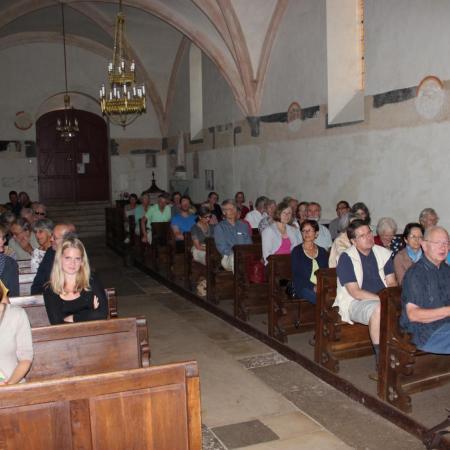 Le public dans la nef de l'église Saint-Jacques et Saint-Philippe