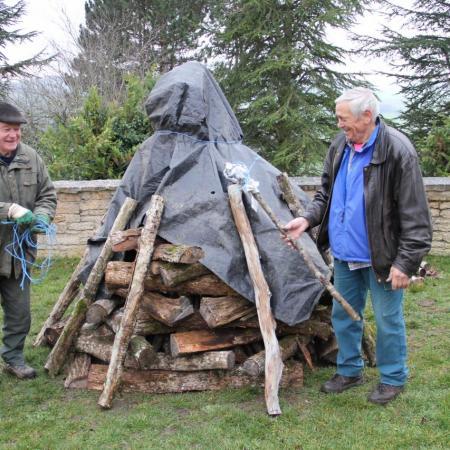 23 décembre, Bernard J & Jean. Le bûcher est prêt, couvert, au cas où