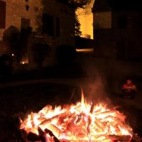 24 déc. 23h00, Après la messe, le vin chaud près du grand feu de bois
