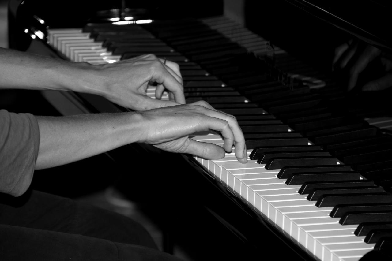 Les mains de Juliette Mazerand sur le clavier