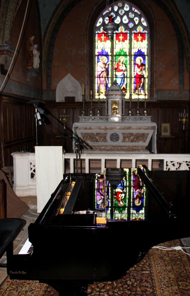Le vitrail et son reflet sur le piano