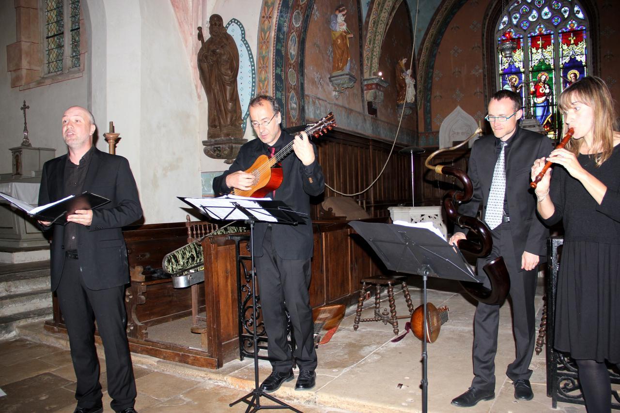 T. Van Essen baryton, J. Lefebvre guitare, V. Hostiou serpent, E. Godard flûte à bec