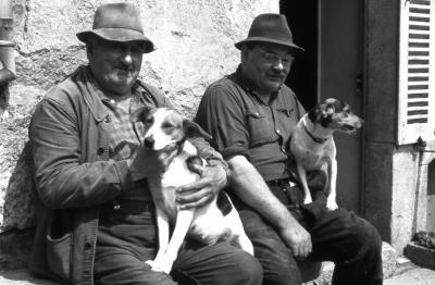 1973 08 16 gad mouillon garnier devant la maison de la marie place aux boeufs 01 n bl dimin